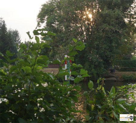 Scheinbar in der Luft schwebt das Tor, das die Kanupolospieler treffen müssen. Bild: v. Gallera