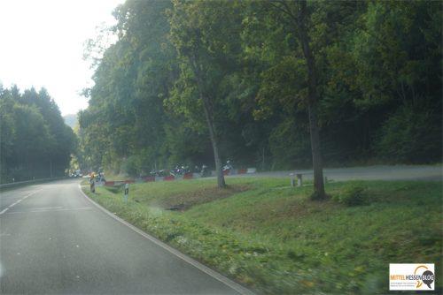 Obwohl eigentlich wegen illegaler Rennen gesperrt, sind die Parkplätze an der B255 bei Weidenhausen immer noch beliebter Treffpunkt für Biker. Bild: v. Gallera ,Mittelhessenblog