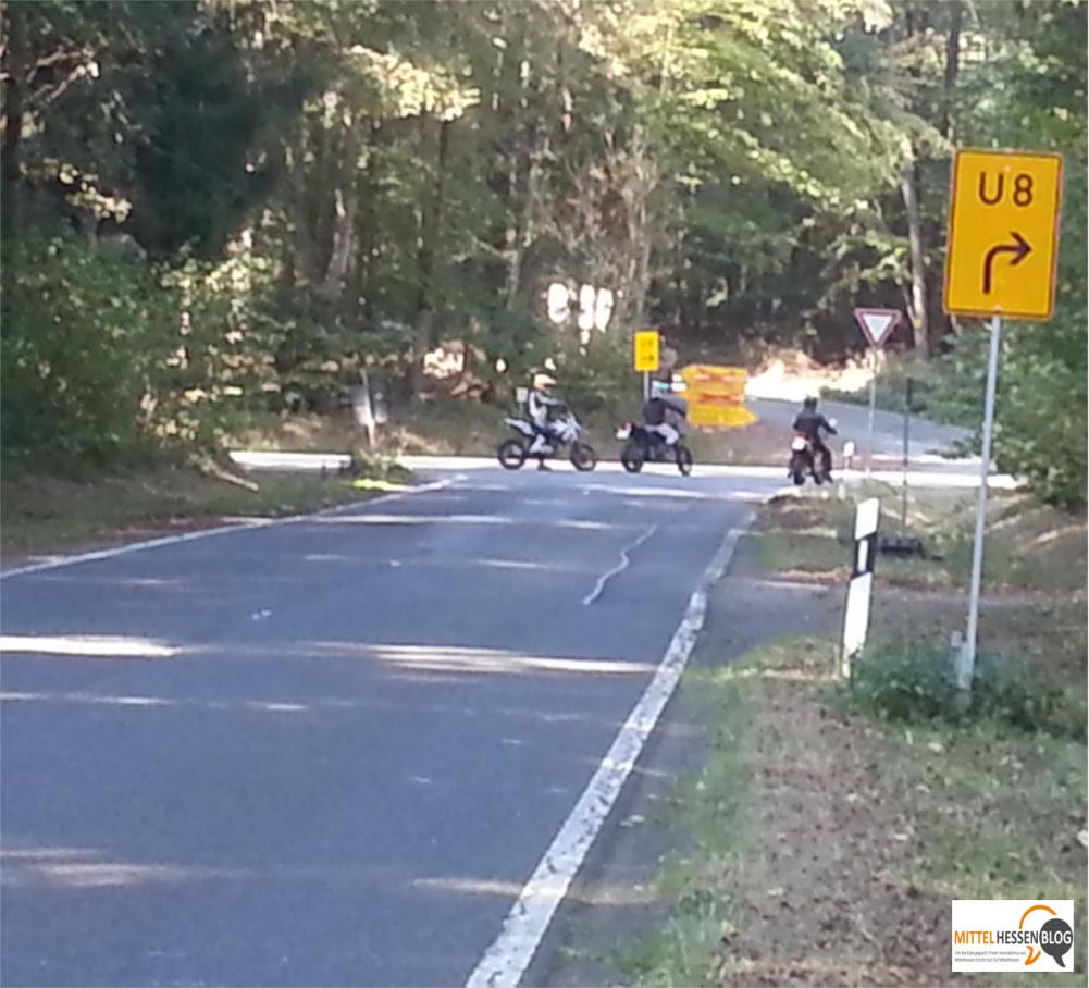 Weil der Parkplatz gesperrt ist, weichen die Biker für ihre Rennen an die Endbacher Platte am Schnittpunkt der B255 und der L3047 aus. Bild: v. Gallera