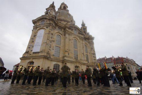Platzkonzert der Bundeswehr im Regen vor der Frauenkirche in Dresden. Die Posaunenklänge übertönen die wütenden Rufe der Pegida-Protestierer. Foto: v.Gallera