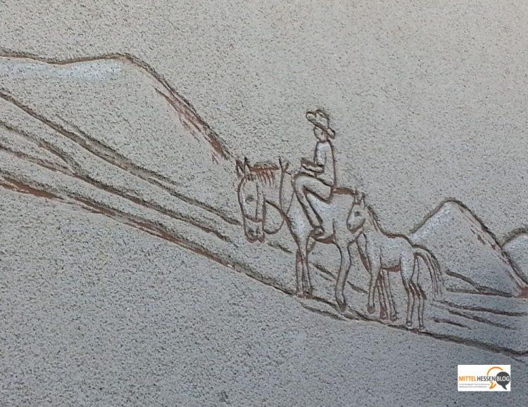 Fast die berühmte Gießener Berg-und Burgenkulisse, entdeckt an einer Hauswand in Biebertal. Foto: v. Gallera
