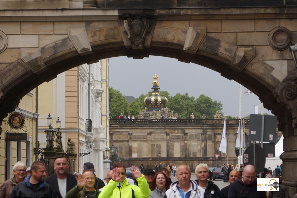 Pegida-Gründer Lutz Bachmann (3.v.l.) zusammen mit Begleitern in Dresden am 3. Oktober. Bachmann ist quasi ebenfalls Flüchtling: Seit einigen Monaten lebt Bachmann auf Teneriffa.: Foto. v.Gallera