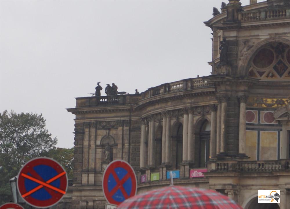 Kontraste: Scharfschützen zum Tag der Deutschen Einheit auf der Semperoper in Dresden, während mit einem Spruchband für ein weltoffenes Dresden geworben wird. Bild: v. Gallera
