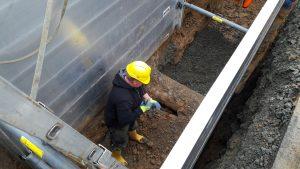Polier Christoph Donges überprüft Arbeiten an Versorgungsleitungen im Straßenunterbau