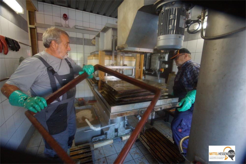 Die Pasteurisierungsanlage ist nach Einschätzung des Obst-und Gartenbauvereins Krofdorf die Ursache für den wachsenden mittelhessischen Apfeltourismus...Foto: v. Gallera