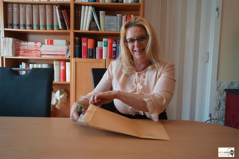 Sylke Großmann macht ihr zweites Überraschungsbuch für die Facebook-Tausch-Aktion versandfertig. Foto: v. Gallera