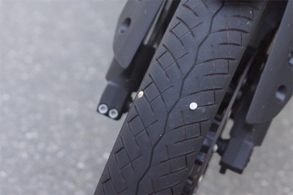 Schon ein kleiner Nagel kann beim Motorradreifen schlimme Folgen haben. Foto: v. Gallera