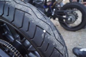 Zollbuchentreff endet mit Nägeln in Motorradreifen