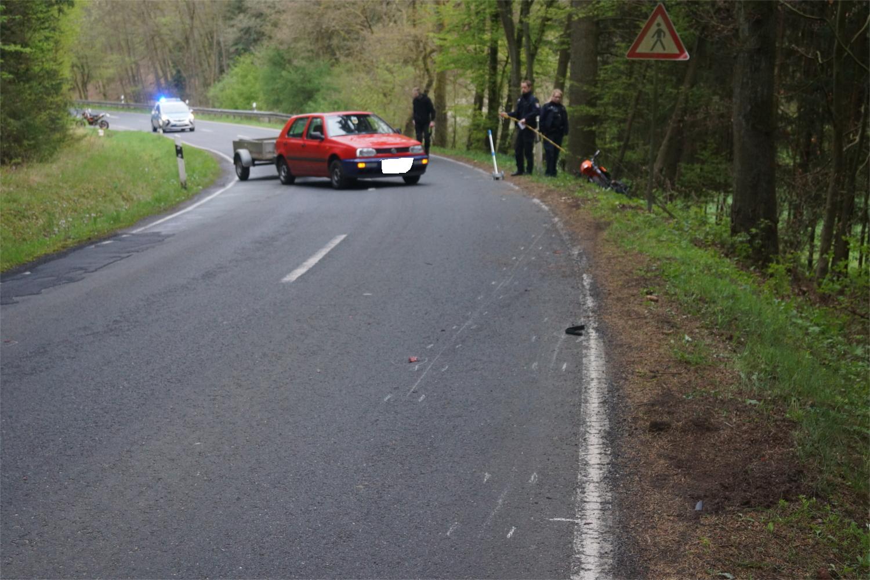 Aufräumarbeiten nach einem Zusammenstoß zwischen Motorrad- und Kleinbusfahrer auf der L3286 zwischen Waldgirmes und Rodheim-Bieber. Foto: v. Gallera/Mittelhessenblog