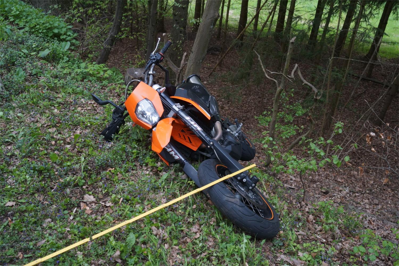 """Nach Angaben der Polizei wurde der 21jährige Fahrer dieses Motorrads während eines Unfalls auf der Landstraße L3286 schwer verletzt. Und hatte damit noch """"Glück im Unglück"""". v. Gallera/Mittelhessenblog"""