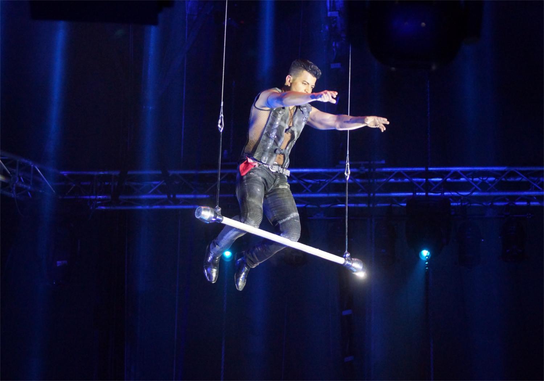 Volle Konzentration in 16 Meter Höhe: Alain Alegria balanciert auf den Knien ohne Sicherung und Netz. Foto: v. Gallera