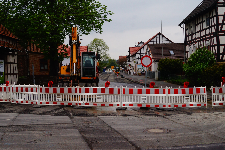 Neuer Straßenbelag, Kanalisation und Wasserversorgung: Die Herborner Straße in Niederweimar wird seit Juni 2016 saniert. Fot0: v. Gallera