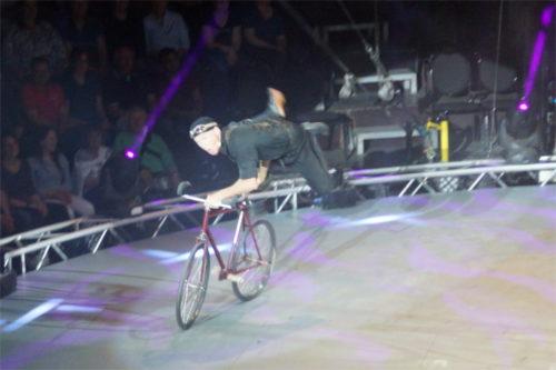 """""""Das mache ich den ganzen Tag"""", flachst Fahrrad-Artist Justin Case mit seinem Publikum. Foto. v. Gallera"""