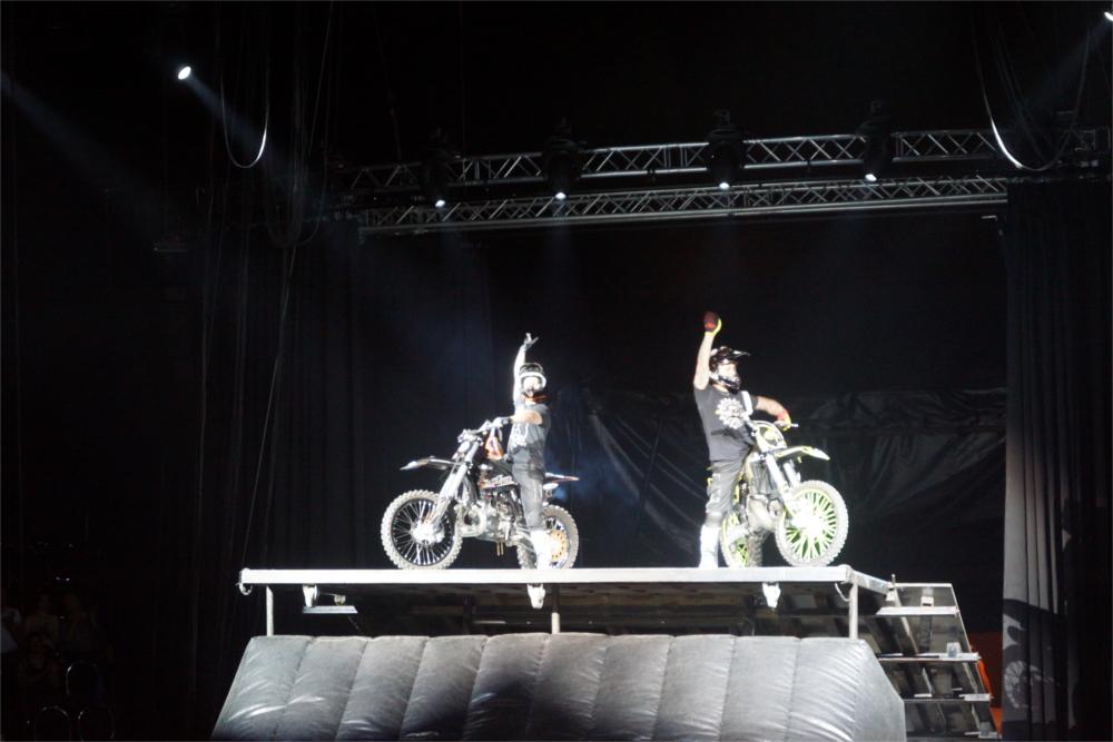 Geschafft: Auch für die Profis des FlicFlac-Zirkus immer wieder ein neuer Nervenkitzel: Auf kurzer Distanz ihre Freestyle-Kunst unterm Zirkuszelt zeigen. Foto: v. Gallera