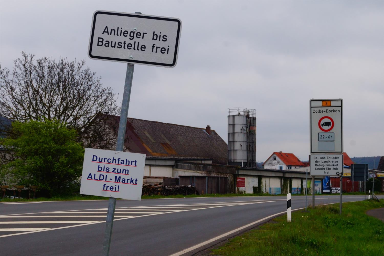 Hinweisschilder wie dieser auf die freie Zufahrt zu einem Discounter heben die Wirkung der offiziellen Verbotsschilder nicht auf, heißt es in der Gemeindeverwaltung von Weimar. Foto: v. Gallera