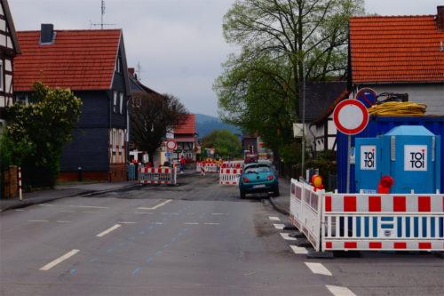 """Nicht zu übersehen sind die drei Verkehrszeichen """"Roter Kreis auf weißem Grund"""" auf der Herborner Straße in Niederweimar: Durchfahrt verboten. Ohne Ausnahme: Foto: v. Gallera"""