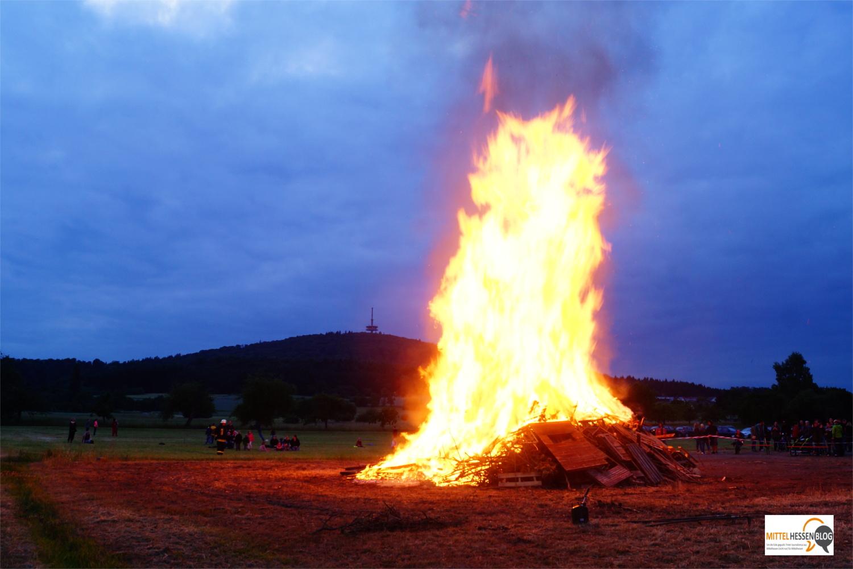 Hoch lodern die Flammen dieses Sonnwendfeuers in Fellingshausen im Jahr 2015. Foto: v. Gallera