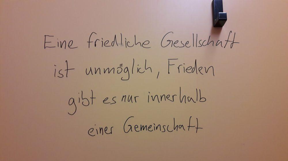 Offensichtlich inspirierende Wirkung der Höhenluft des Hoherodskopf: Aphorismus auf der öffentlichen Toilette.