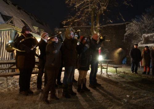 Während die Jagdhornbläser aus Wetzlar jagdtypische Signale spielten, wurden nebenan Würste von Wildschweinen aus den umliegenden Wäldern verkauft. Bild: v. Gallera