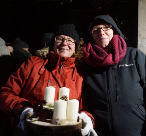 Petra Waltdschmidt und Andrea Rupp (r.) freuen sich über das Echo, dass der erste Weihnachtsmarkt auf der Burg Hohensolms findet. Bild: v. Gallera