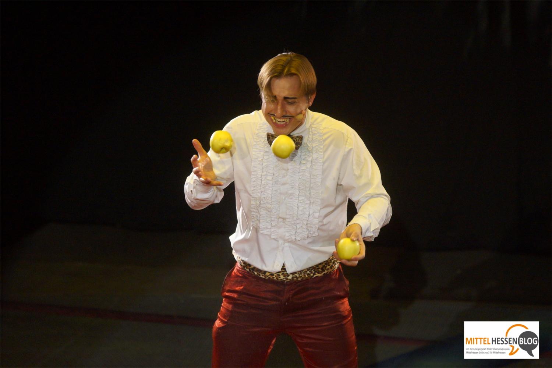 Mann muss sich nur durchbeißen: Dustin Nicolodi zerbeißt seine Äpfel jonglierend im Sekundentakt. Bild v. Gallera