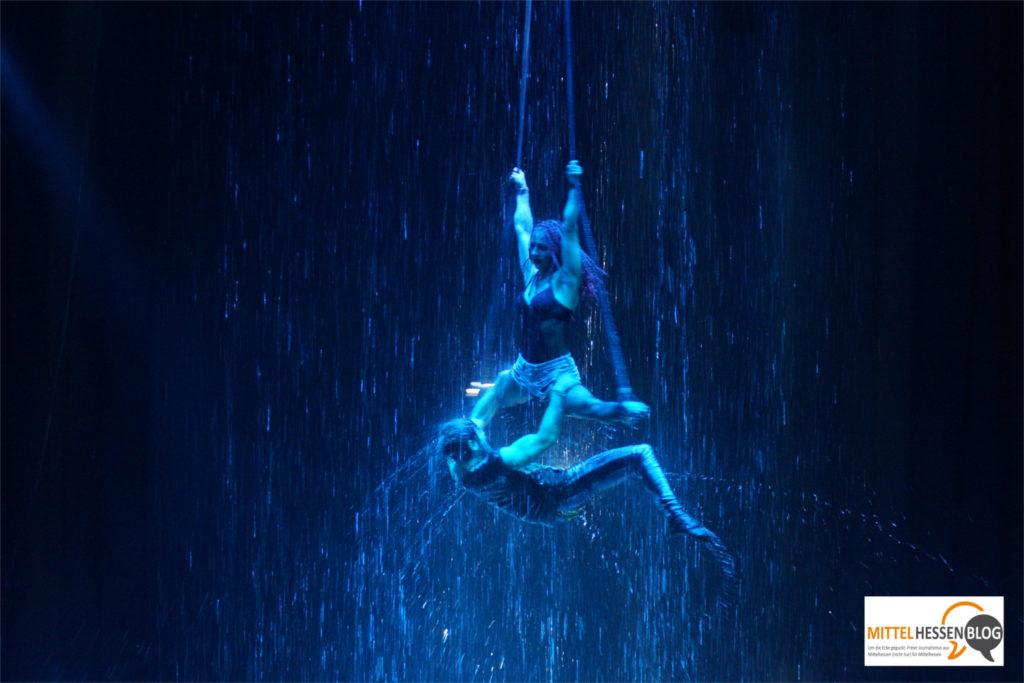 Strapatenkunst unter der Wasserwand: Das Duo Turkeev kämpft sich durch die vertikalen Fluten. Bild: v. Gallera