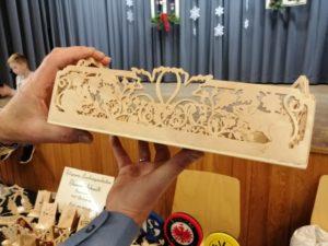 Winterfenster: Wenn Holzabfälle und alte Stoffe zu Spielzeug und Mützen werden